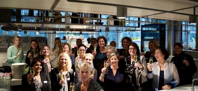 Enthousiaste collega's ontmoeten elkaar tijdens 'KIKX Architectuurtour-mét-een-bite'